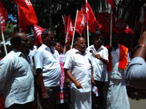 Com. K Ravi addressing workers